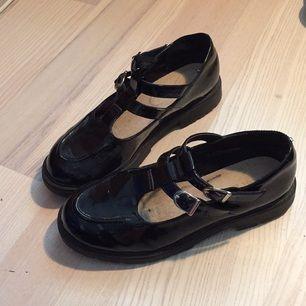 Skor köpta på Urban outfitters för ca 300 kr, inte jättemycket använda men lite repiga (vilket knappt syns). Ganska stora i storleken för mig som har 38/39 men har haft en sula i