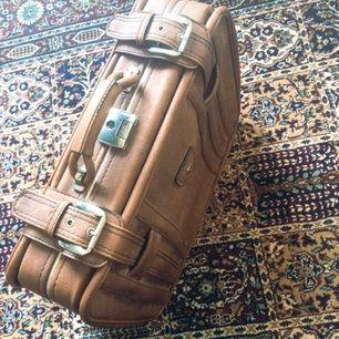 Underbar resväska för alla oss som tycker om att åka från stad till stad! Inhandlad secondhand men i finfint skick! 50 cm bred & 37 cm hög!