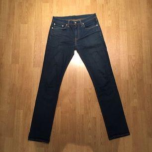 Snygga blåa Levis jeansbyxor till någon intresserad köpare? Har använt byxorna ett par gånger men nu är det dags för dem att lämna plats för nya plagg. Fortfarande i väldigt fint skick!   Märke: Levis Strl: W31/L34 Model: 511