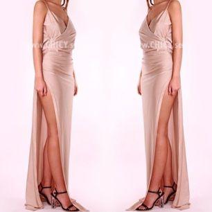 Helt oanvänd beige klänning från chicy. Perfekt till bal osv!