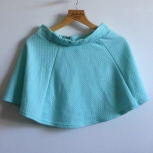 Superfin mintgrön kjol från H&Ms DIVIDED Väl använd så har några noppror men ytterst få🌸 Frakt tillkommer och tar gärna swisch ✨