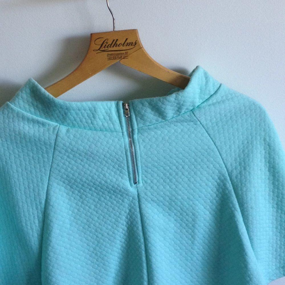 Superfin mintgrön kjol från H&Ms DIVIDED Väl använd så har några noppror men ytterst få🌸 Frakt tillkommer och tar gärna swisch ✨. Kjolar.