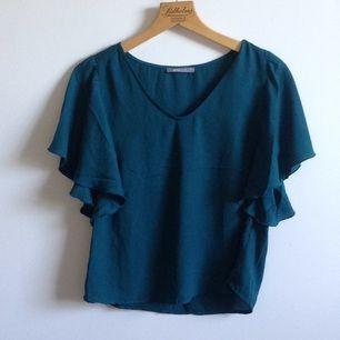 Super lätt o fin blus(?) från GinaTricot i mörkgrön 🍀 Sparsamt använd så den är i mycket fint skick🌸 Tar gärna swisch o frakt tillkommer✨ (den är en aning skrynklig men kan stryka den innan leverans)