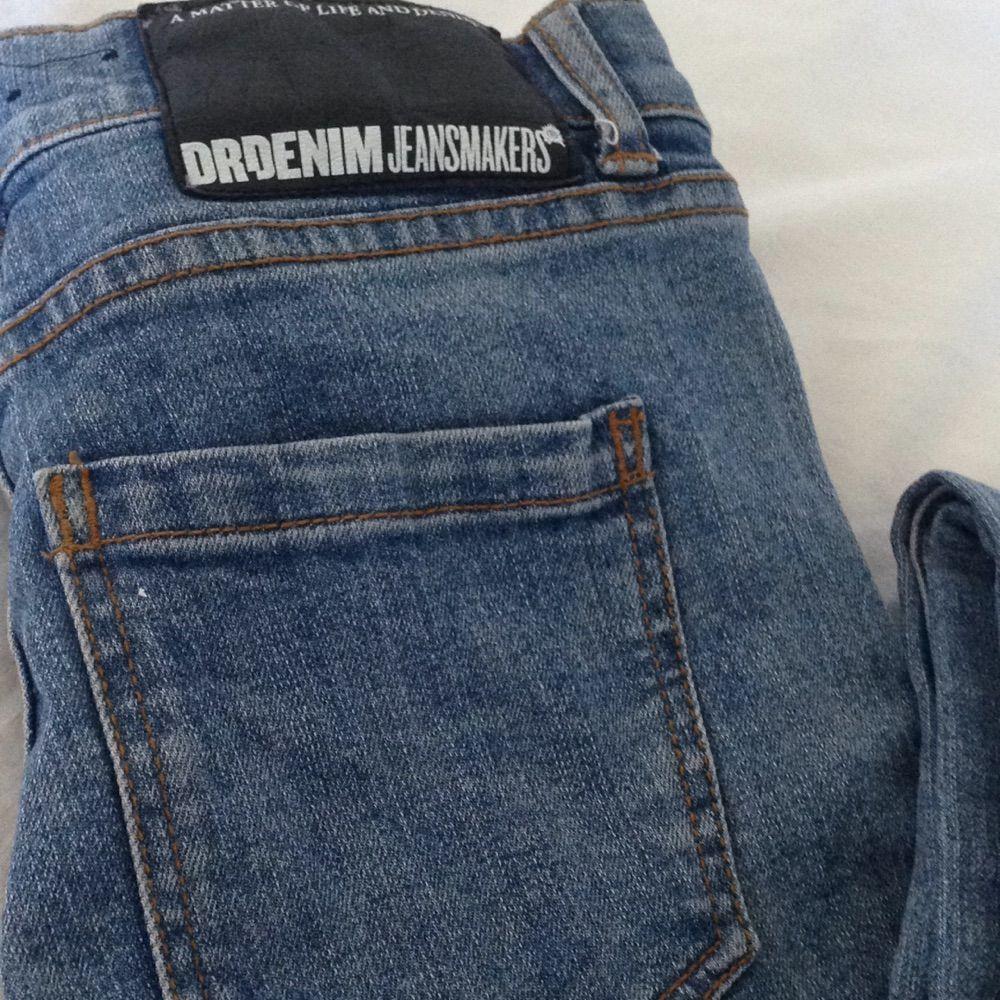 Low waisted blå slitna Dr.Demin jeans, endast tvättade en gång så sparsamt använda och i gott skick🌸 Tar gärna swisch & frakt tillkommer✨. Jeans & Byxor.