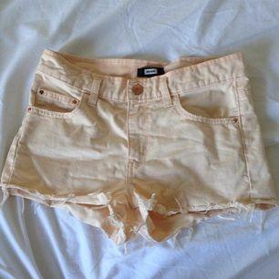 Ljus aprikosfärgade high waisted shorts från BikBok🌸 Super snygga (lite skrynkliga men kan stryka innan leverans) och passar till det mesta✨ Använda men i gott skick 🌻 Tar gärna swisch och frakt tillkommer✨