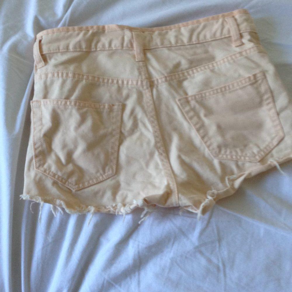Ljus aprikosfärgade high waisted shorts från BikBok🌸 Super snygga (lite skrynkliga men kan stryka innan leverans) och passar till det mesta✨ Använda men i gott skick 🌻 Tar gärna swisch och frakt tillkommer✨. Shorts.