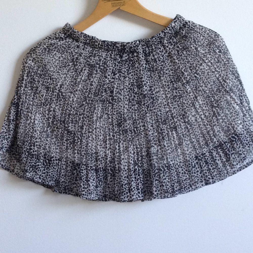 Brun/svart spräcklig kjol från BikBok i chiffong med underkjol✨ I gott skick o skulle nog passa en mindre S eller XS även om det står S på lappen🌻 Tar gärna swisch och frakt tillkommer🌸. Kjolar.