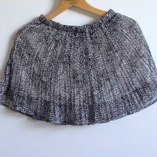 Brun/svart spräcklig kjol från BikBok i chiffong med underkjol✨ I gott skick o skulle nog passa en mindre S eller XS även om det står S på lappen🌻 Tar gärna swisch och frakt tillkommer🌸