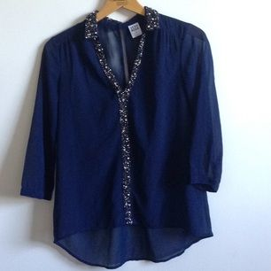 Tunn & fin blus från Vero Moda i mörkblå med glitter detaljer på krage mm. 🌸 Tar gärna swisch & eventuell frakt tillkommer✨