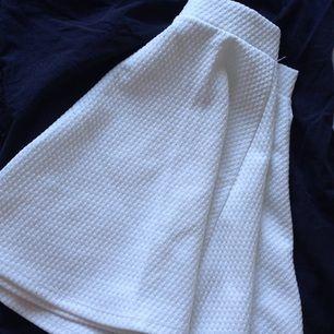 Luftig vit kjol i mönstrat tyg från HMs DIVDED🌸 Väl använd & har en liten fläck, dock syns den knappt då kjolen faller fint✨ Tar gärna swisch & frakt tillkommer 🌻