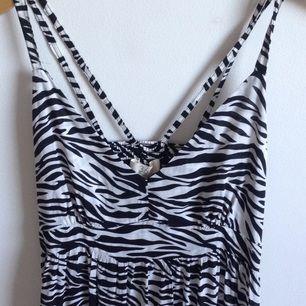 Zebramönstrad maxiklänning från Three-Sixty-Five, sparsamt använd & i fint skick🌸 Tar gärna swisch & frakt tillkommer✨