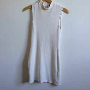 Kropps sydd, kort klänning med vitt mönstrat tyg & polokrage från BikBok, endast använd 2 ggr🌸 Tar gärna swisch & frakt tillkommer✨