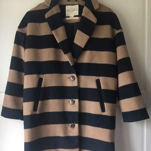 Säljer min kappa ifrån Lindex, Holly & Whyte. Kappan är använd på sin höjd 2 gånger, därav i nyskick.   Kappan har storlek Small.  Köpare betalar eventuell frakt om den inte kan hämtas.