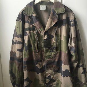 Säljer militärfärgad jacka.  Köpare betalar eventuell frakt om den inte kan hämtas.