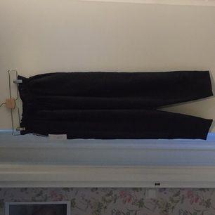 Oanvända Carin Wester byxor. Säljer pga de är för stora för mig. Modell: Mette, storlek: xs, färg: svart, material: 70%polynosic 30%polyester