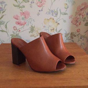 Rizzo-skor med 8 cm klack och öppen tå, äkta läder i brun/röd färg och träklack. Made in Portugal