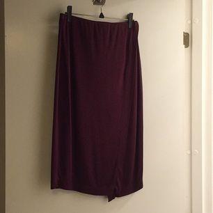 Midi-kjol i vinröd färg med slit på vänster framsida