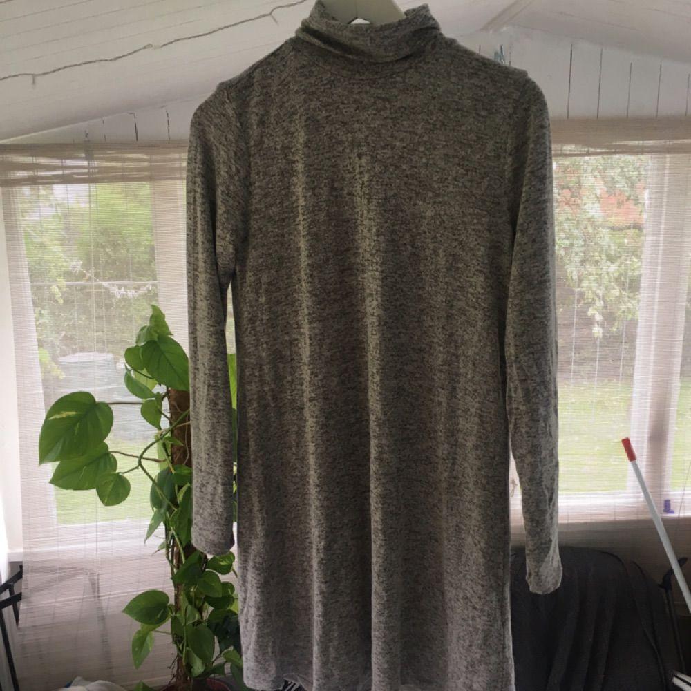 a753ccb3de6e Gråspräcklig poloklänning i supermjukt och stretchigt material Använd 1  gång Tight runt armarna och halsen.