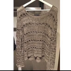 Från London kommer denna virkade kofta. Man kan ha den över långärmat, linnen eller T-shirtar.   Tror att det står M i tröjan, men jag är XS-S och den passar mig perfekt.