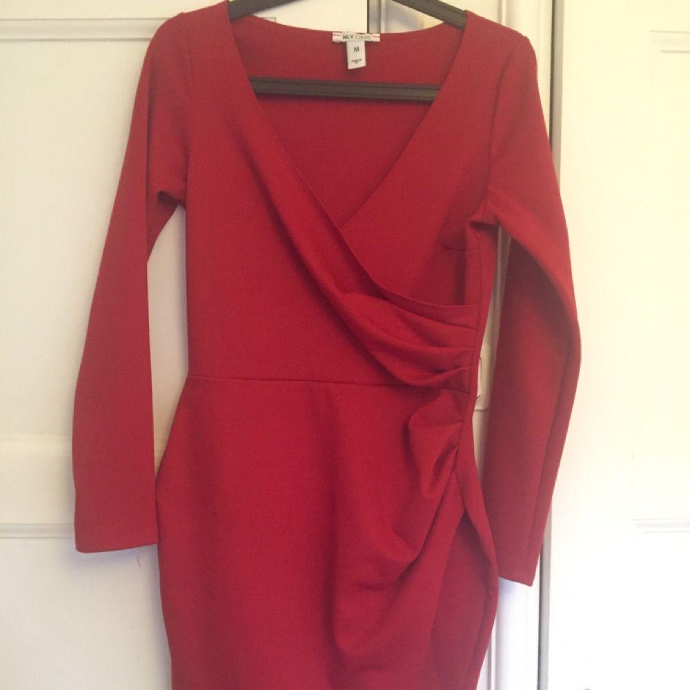8b4c512ad47e Fin röd klänning i tajt modell med v ringat ifrån Nelly . Klänningar.
