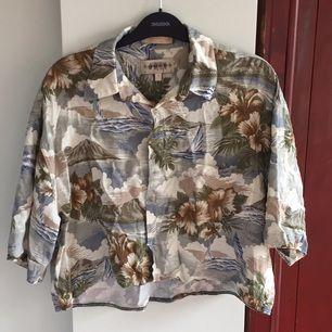 Uppsydd secondhand Hawaii skjorta, köpt på Brandy Melville. Mycket mysig!!