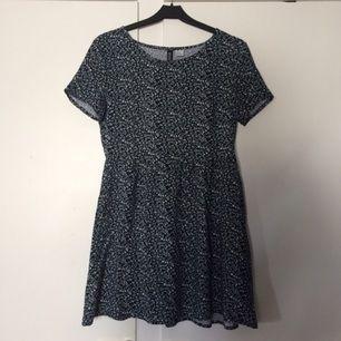 Söt liten klänning med blommönster Marinblå och vit Använd fåtal gånger, från h&m