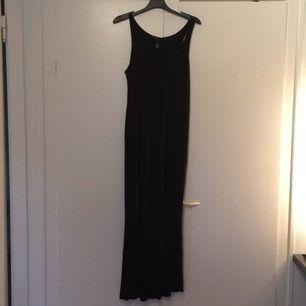 Simpel svart långklänning Från h&m använd fåtal gånger 💫