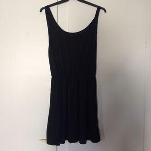 Söt simpel svart klänning Härligt material Mycket bra skick, från bikbok 💫