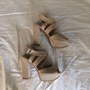 Beiga högklackade skor Använda kanske 2 gånger