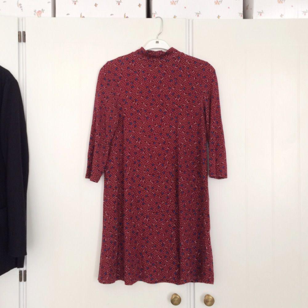 Fin klänning med blommigt prickigt mönster med polohals och 3 4 ärmar från  Pull Bear ... 7caedd17da259