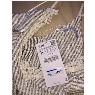 Jätte fin klänning från ZARA i stl S. Jag väljer att sälja denna klänning för att jag inte tycker om hur den sitter på min kropp vilket jag tycker är super tråkigt för den är så fin. Klänningen är aldrig använd, åh prislappen sitter därför kvar. Ni kan betala med Swish.