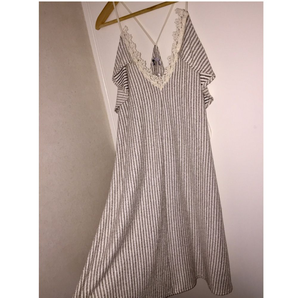 Jätte fin klänning från ZARA i stl S. Jag väljer att sälja denna klänning för att jag inte tycker om hur den sitter på min kropp vilket jag tycker är super tråkigt för den är så fin. Klänningen är aldrig använd, åh prislappen sitter därför kvar. Ni kan betala med Swish. . Klänningar.