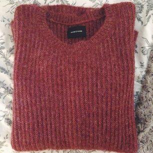 Mysig, stickad tröja från Samsoe Samsoe, knappt använd. Strl M, eftersom den är något oversize skulle den säkert passa en L också. Funkar som både herr- och damtröja.