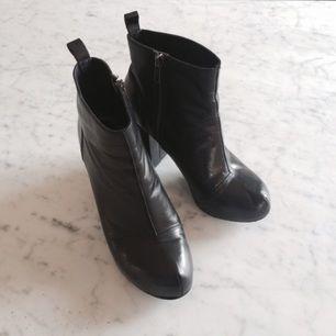Stövlar i svart äkta läder. Använda men inga skador. Köpta för 1000 kronor två år sen. Märke XIT. Litet platform under tårna.