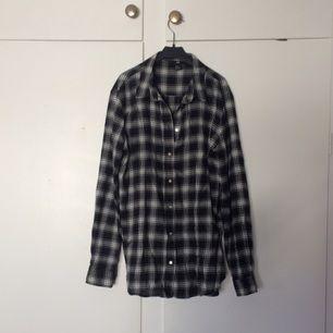 Snygg bomulls skjorta i svart vitt  Använd kanske 1 gång Från h&m ✨