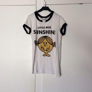 En söt tshirt från urban outfitters Text: Little miss sunshine 🌞 Använd fåtal gånger