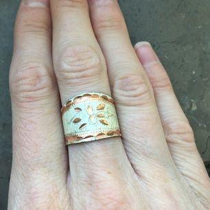 Ring med vackert mönster i nickelfri metall. Ringen är öppen bak och kan därför anpassas i storlek. Inköpt i Turkiet, använd ett fåtal gånger.  Frakt 7 kr.  Betalning via swish, kontoinbetalning eller via Plick.  Kolla gärna in mina andra annonser också. Jag säljer smycken, väskor, sjalar, kläder och skor. Kan samfrakta.