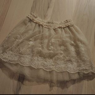Gullig Lite transparent kjol med broderade blommor.