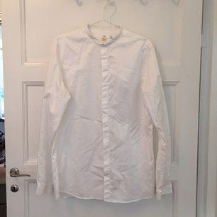 Skjorta från Emilio, MQ. Smal krage och dolda knappar