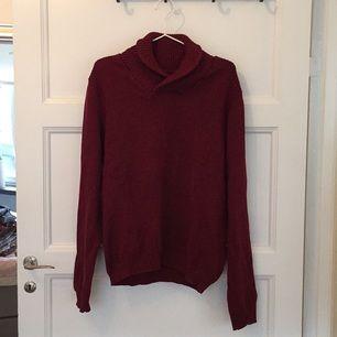 Vinröd tröja från Selected Homme, aldrig använd. Skulle nog säga att storleken är snarare en L.