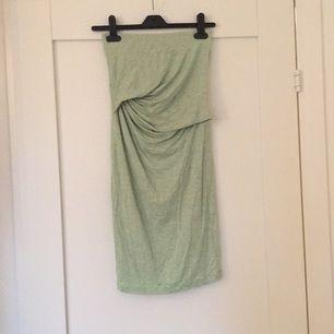 Snygg tubtopsklänning från Stylein, aldrig använd . Mintgrön färg :)