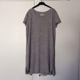 Skön T-shirt klänning från h&m Grå melerad Mycket fint skick ✨