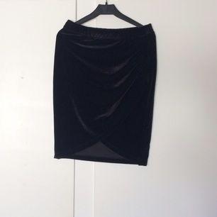 Snygg sammets kjol som är omlott  Aldrig använd 💫 Från gina tricot