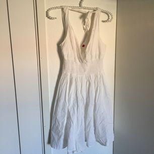 Vit klänning som knappt är använd, den är därför i bra skick.