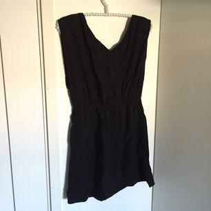 Little Black Dress. Svart klänning/tunika från Rut & Cirkle. Ganska kort för att vara klänning! Lite öppen i ryggen med resår under bröstet, superfin.