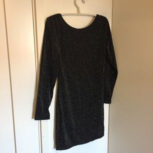 Svartglittrig festklänning från sheinside som är öppen i ryggen. Passar perfekt till nyårsfesten eller till utekvällen på stan! Säljer den för att den inte längre passar mig och hänger därför bara i min garderob och tar plats.