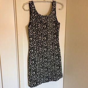 Tight svartvitt klänning från H&M.