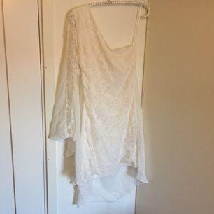 Vit spetsklänning från Three Little Words beställd på Nelly. Aldrig använd, lappen är kvar. Perfekt till student, midsommar eller skolavslutning!