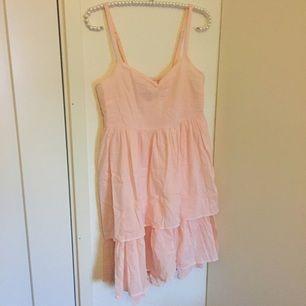 Ljusrosa klänning från Rut m.fl., som numera heter Rut&Cirkle. Aldrig använd så är därför som helt ny! Den har smock i ryggen. Säljer pga för liten
