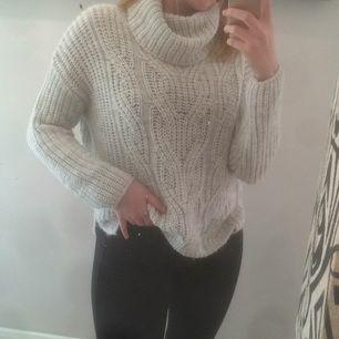 Stickat ljusgrå tröja, passar perfekt till vintern/hösten, otroligt snygg med en skinnjacka exempelvis, passar bra på någon med mindre storlek också!